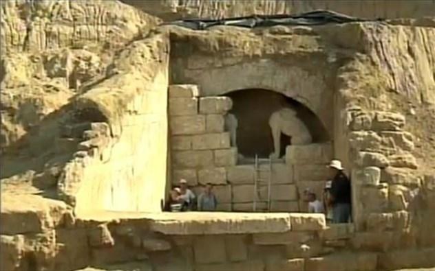 Αμφίπολη: Δύο τοίχοι χωρίζουν τους αρχαιολόγους από το μνημείο