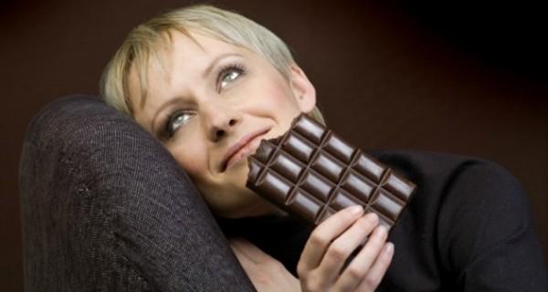 Δείτε τι συμβαίνει στο σώμα λεπτό προς λεπτό όταν τρώμε σοκολάτα