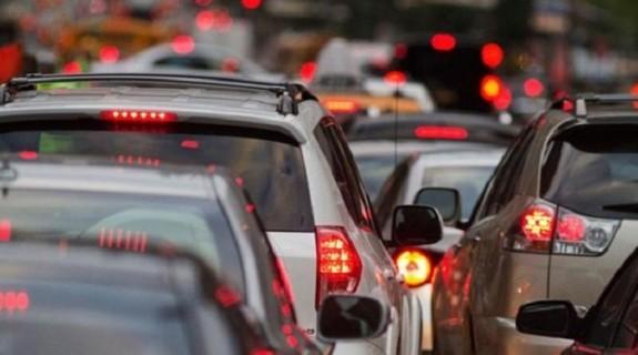 Νέος ΚΟΚ. Τι προβλέπει για τους οδηγούς που χρησιμοποιούν κινητό. Μειώνονται τα πρόστιμα κατά 40%, αλλά και τριπλάσια προσαύξηση τους ανάλογα με τα εισοδηματικά κριτήρια του παραβάτη…