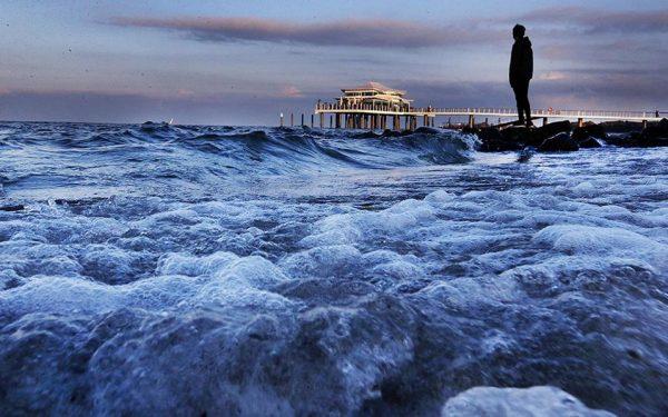 Ιδανικές μοναξιές. Ηλιοβασίλεμα, φουσκωμένη θάλασσα και η παλέτα του κόκκινου-μπλε σε όλο τον ορίζοντα. Τι άλλο να ζητήσει κανείς για να συνοδεύσει μια στιγμή ενδοσκόπησης ή έστω μοναχικής αναπόλησης, με φόντο την θάλασσα της Βαλτικής; AP Photo/Michael Probst