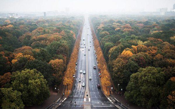 Η χάρη του. Συνήθως κανακεύουν άλλες πόλεις. Όμως το φθινοπωρινό Βερολίνο δεν είναι κουκλίστικο; EPA/SOPHIA KEMBOWSKI