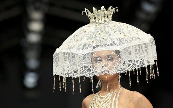 Λάμπεις! Ενα μοντέλο παρουσιάζει την δημιουργία (και το καπέλο) του Raymond Leonard στο πλαίσιο της εβδομάδας μόδας της Jakarta. EPA/ADI WEDA