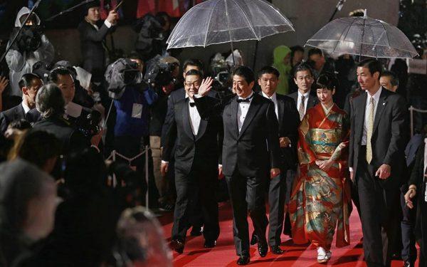 Ολα για την πατρίδα... Στην Ολυμπιάδα για να διαφημίσει την χώρα του, ντύθηκε Super Mario. Για το 29ο Φεστιβάλ Κινηματογράφου του Τόκιο (TIFF) εμφανίστηκε με σμόκιν και την νεαρή ηθοποιό Haru Kuroki να τον συνοδεύει. Ο λόγος για τον εν ενεργεία πρωθυπουργό της Ιαπωνίας Shinzo Abe. EPA/YUYA SHINO