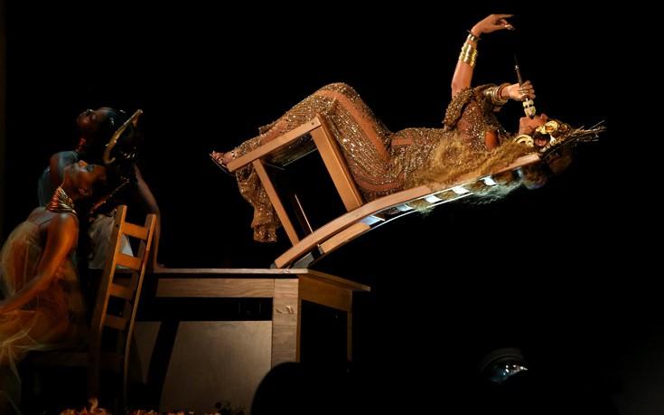 Η εγκυμονούσα Μπιγιονσέ ημίγυμνη στα βραβεία Grammy