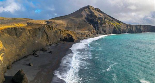 Κάνουμε βουτιές σε δέκα μαύρες παραλίες του κόσμου