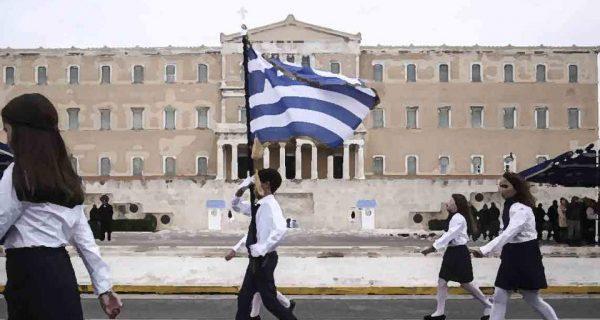ΣτΕ: «Ναι» στην κλήρωση σημαιοφόρων στο Δημοτικό – Γαβρόγλου: Καταργείται ο εκκλησιασμός