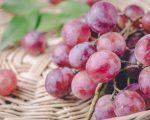 Κόκκινα σταφύλια: Παρέχουν ρεσβερατρόλη, ένα ισχυρό αντιοξειδωτικό που συμβάλλει στην πρόληψη της παγκρεατίτιδας.