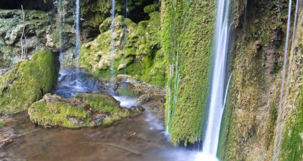 Σμαραγδένια νερά στους καταρράκτες του Σκρα