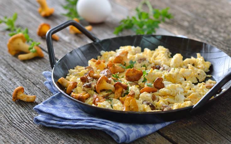 Scrambled eggs με μανιτάρια