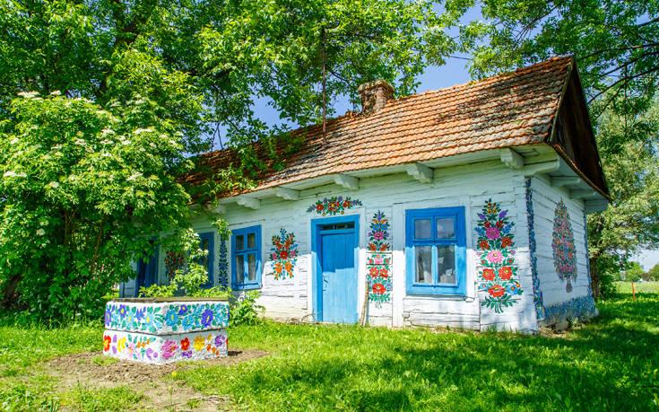 Το χωριό όπου τα πάντα είναι διακοσμημένα με λουλούδια