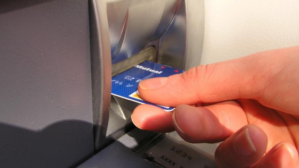 Τράπεζες: Μπροστά στις χρεώσεις, πίσω στην τεχνολογία