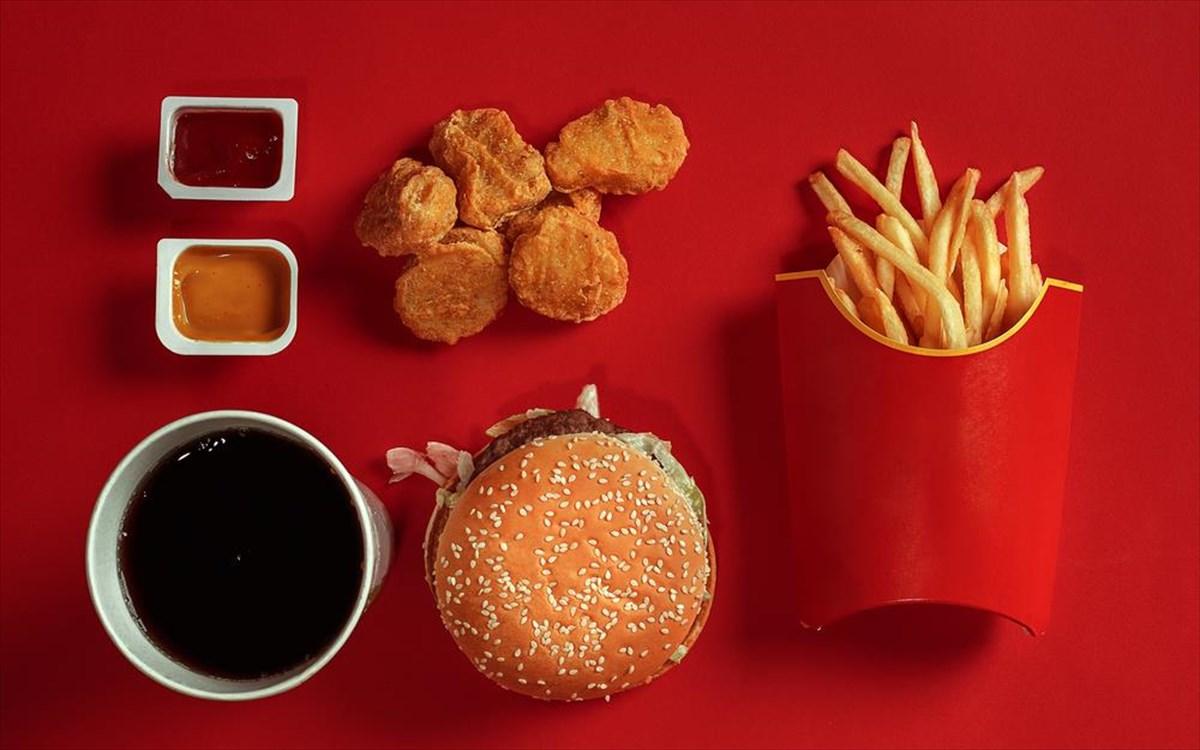 Γιατί τα περισσότερα φαστ-φουντάδικα έχουν κόκκινο χρώμα;