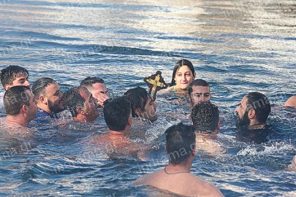Με τσουχτερό κρύο και αέρα ο αγιασμός των υδάτων στην Δράμα.